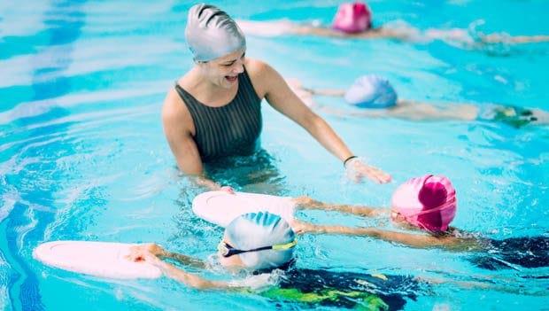 Une professeur de natation enseignant à ses éléves