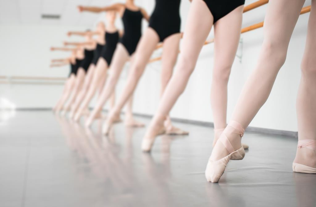 Groupes de femmes en train de pratiquer la danse classique