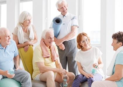 Des personnes âgées avant leur séance de sport