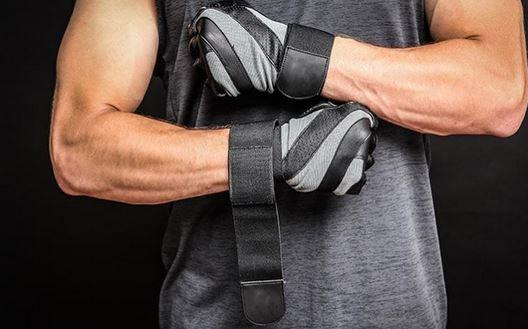 Un homme mets ses gants de musculation
