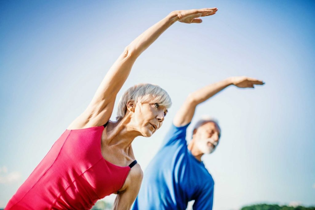 Un couple de senior en pleine séance de remise en forme pour lutter contre la maladie