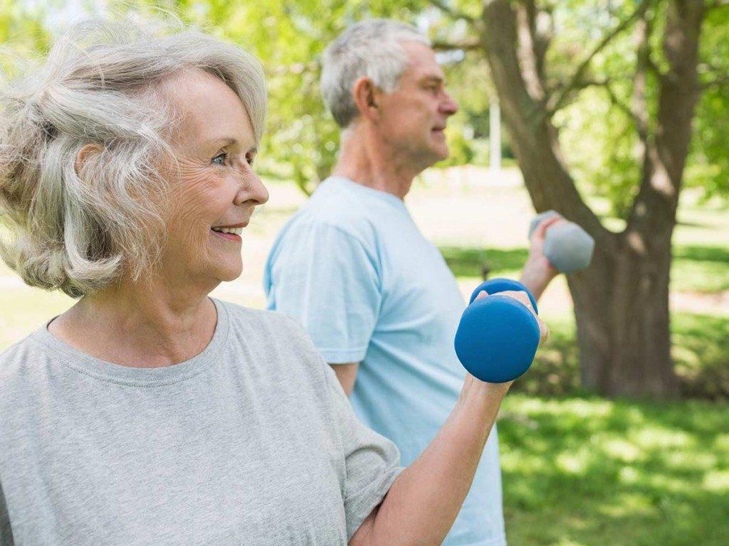 Un couple de senior fait de l'activité physique pour lutter contre Parkinson