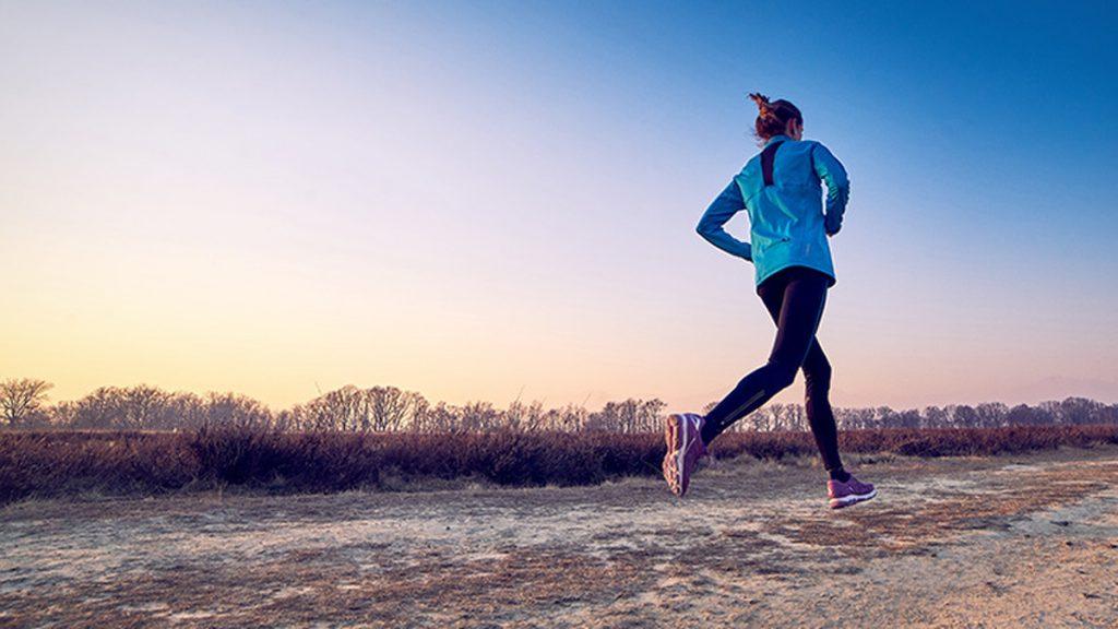 Une femme pratique la course à pieds pour lutter contre le diabète