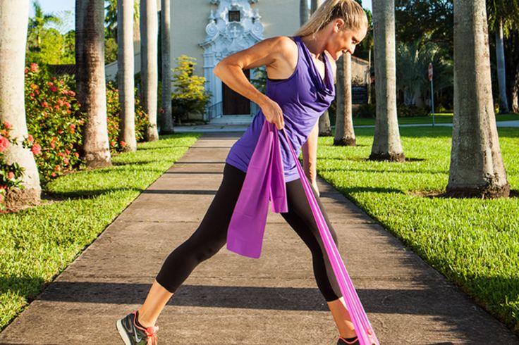 Une femme muscle ses jambes avec des bandes élastiques