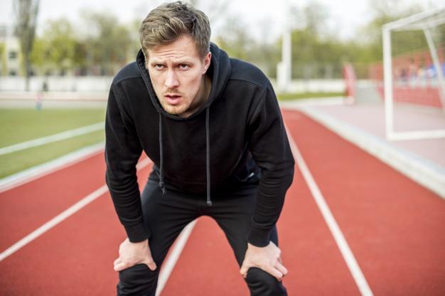 Un homme sur une piste d'athlétisme