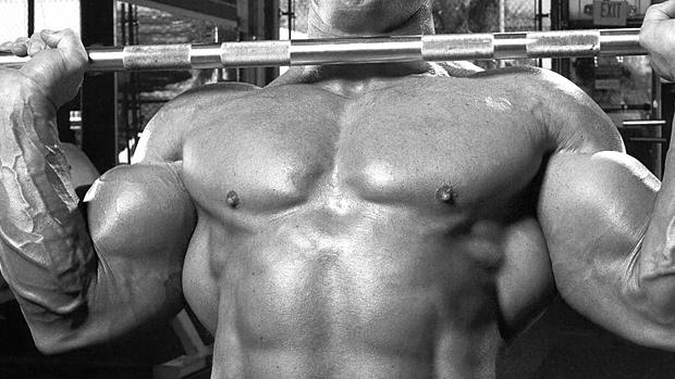 Un body builder soulevant une barre