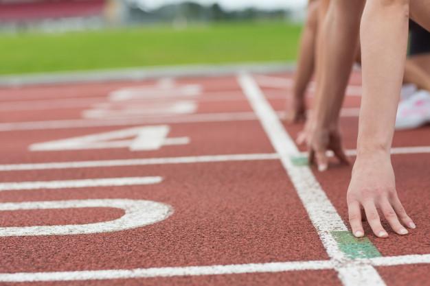 Hommes dans les starting bloc sur une piste d'athlétisme