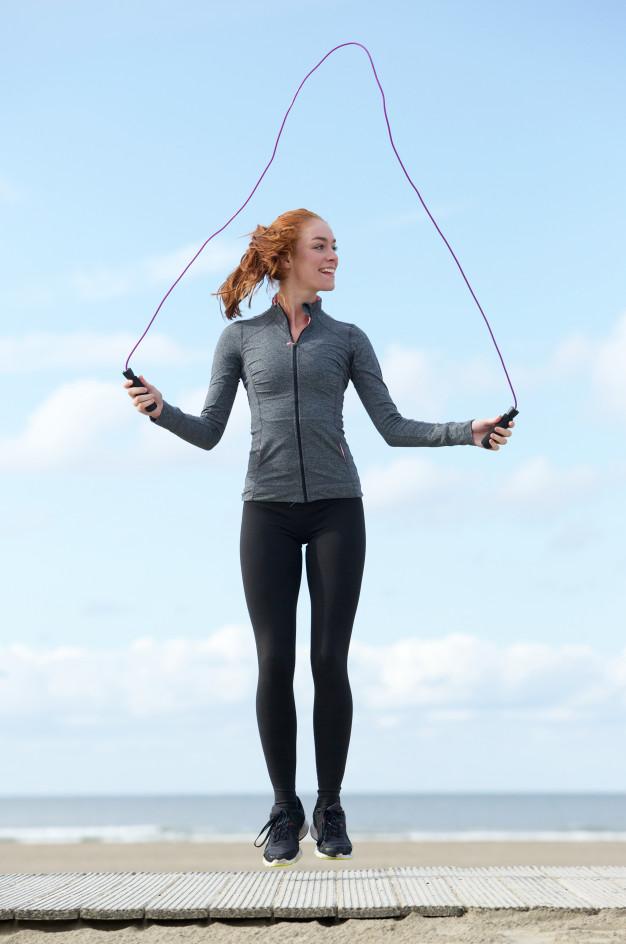 Une femme fait une séances de corde à sauté