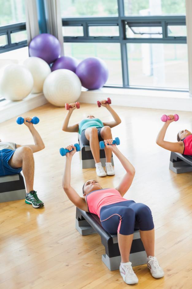 Séance de fitness avec stepp et altère