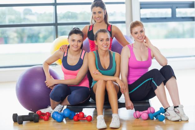 Séance de fitness en collectif avec matériel
