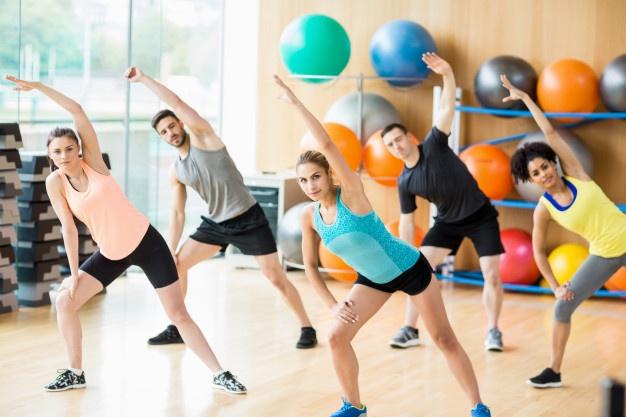un groupe pratiquant le fitness