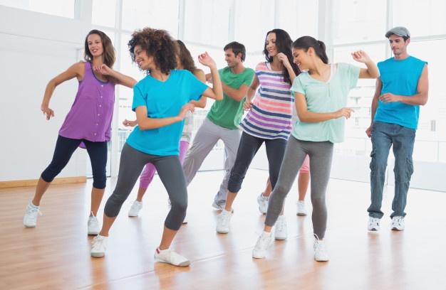Femmes et hommes en séance de fitness