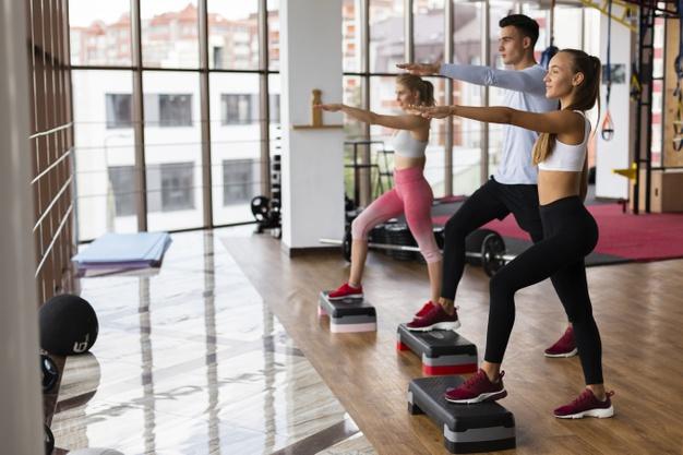 Séance de fitness avec step