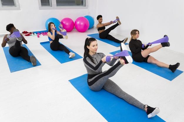 Séance de fitness collective avec petit matériel