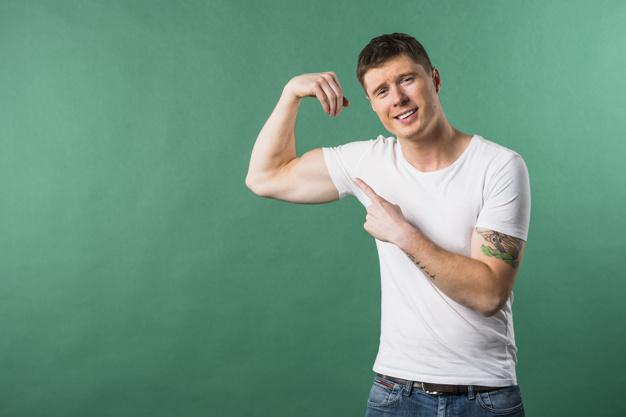 Homme avec la masse musculaire reduite