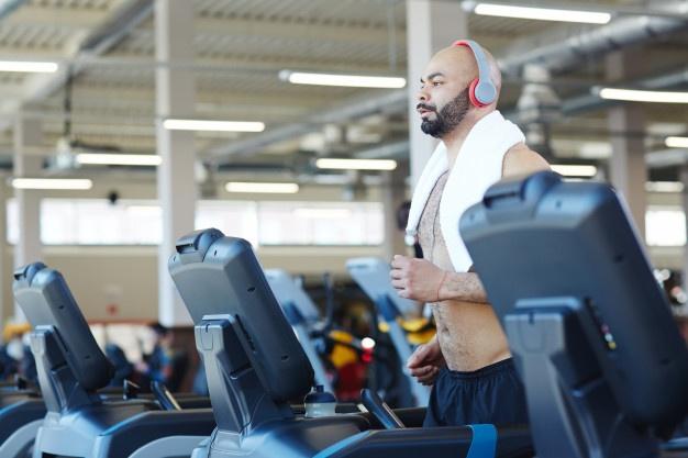 sportif en train de courir tapis de course
