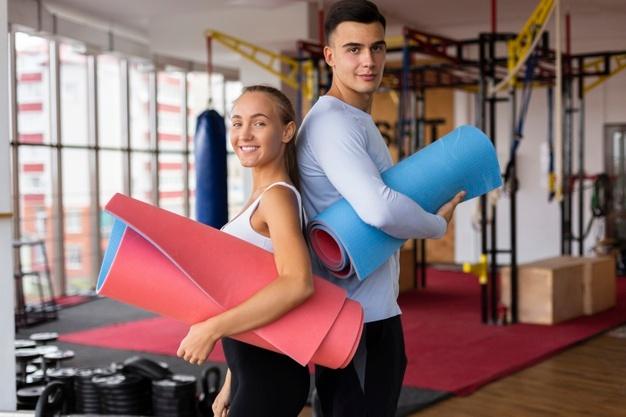 Couple avec du matériel de fitness