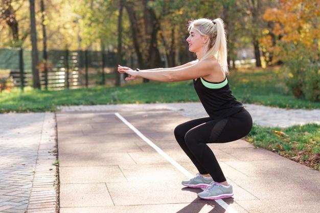 Une femme qui fait des Airs squat