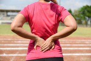 Une femme sur une piste d'athlétisme gère son stress