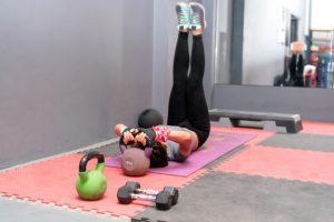 Une femme s'entraine avec son matériel de sport pour la remise en forme