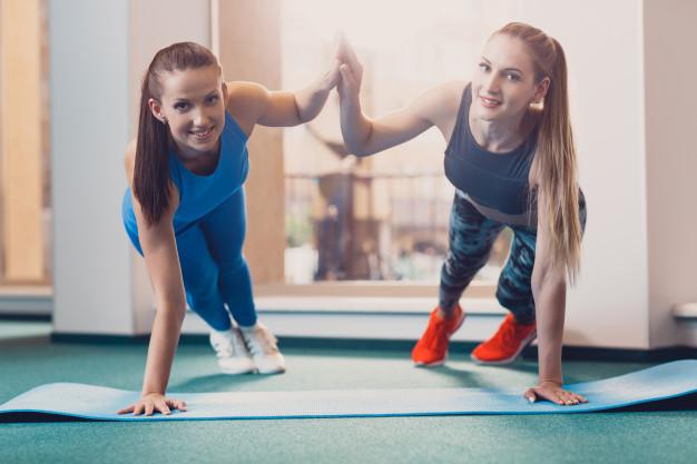 2 femmes pratiquent le renforcement musculaire