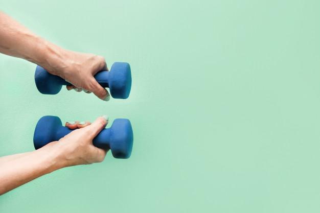 Exercice de fitness avec altère