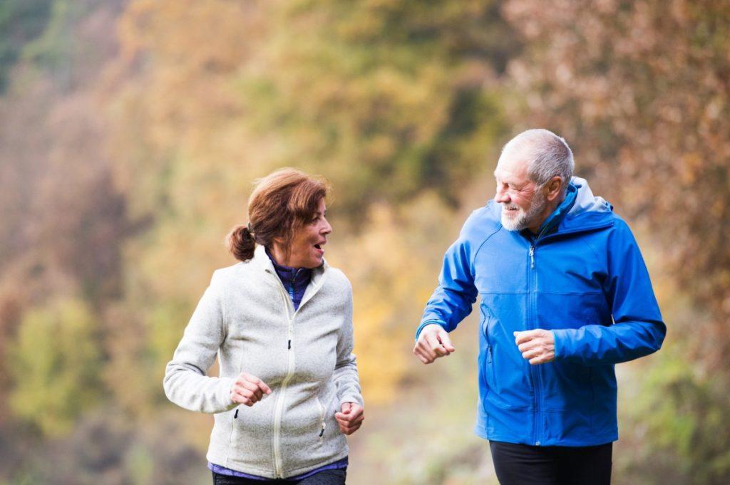 Un couple de senior en train de faire de la course à pieds