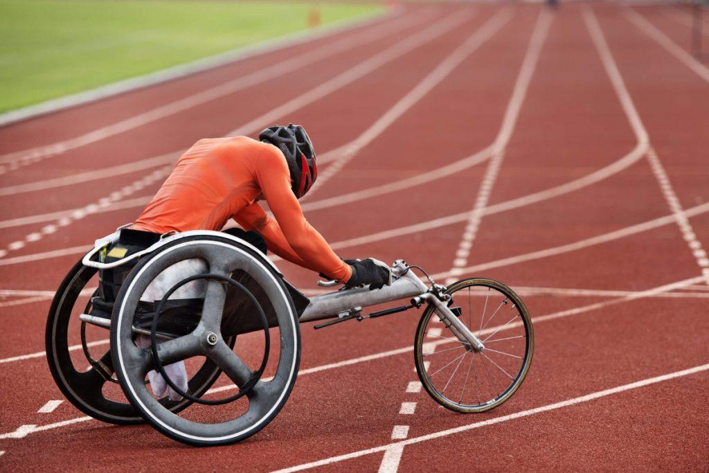 Un sportif paraplégique sur une piste d'athlétisme