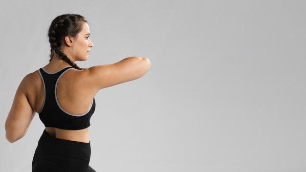 Une femme en pleine séance de body combat