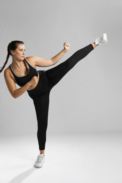 Une femme qui fait un coup de pied lors d'un cours de body combat