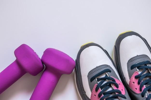 chaussures fitness et paire d'haltères