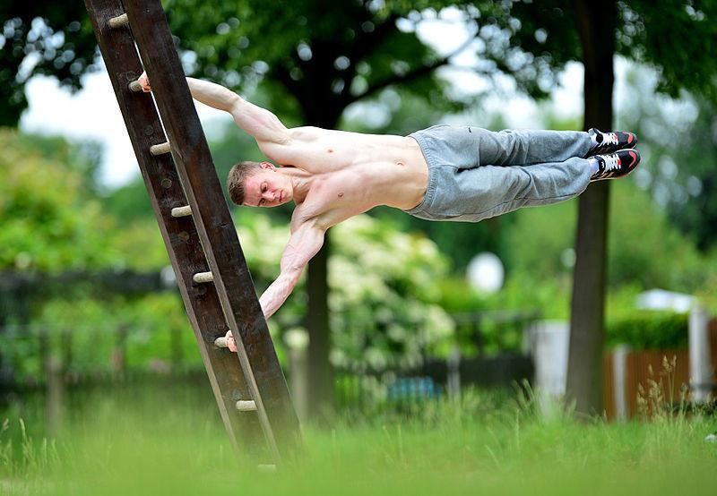 Homme réalise une planche, mouvement calisthenic