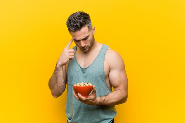 un homme essaie de perdre du poids en mangeant équilibré
