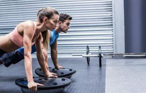 Une femme et son coach sportif font des exercices d'équilibre
