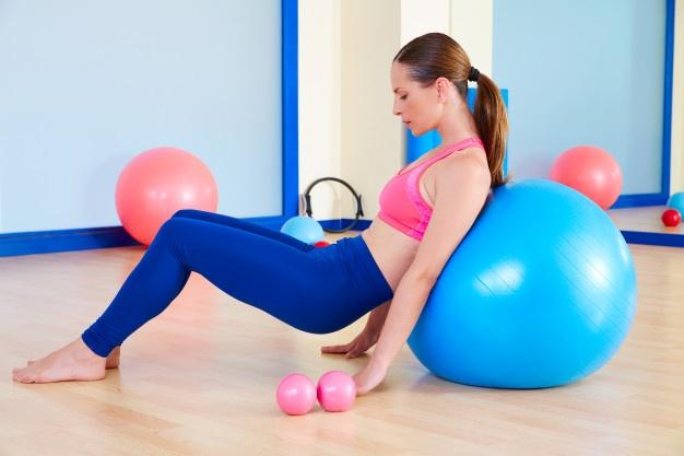 utiliser le swiss ball en Pilates