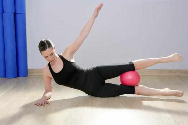 exercice de la Planche latérale avec une balle lestée