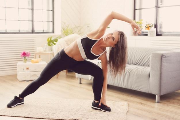 femme qui cherche à améliorer sa mobilité avec des exercices de pilates ciblés