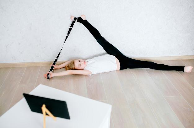 exercice de stretching jambes avec un elastiband