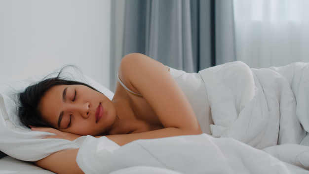 jeune sportive dormant grâce à la mélatonine