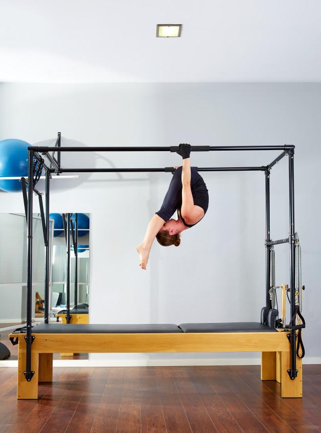 Acrobaties sur le pilates cadillac