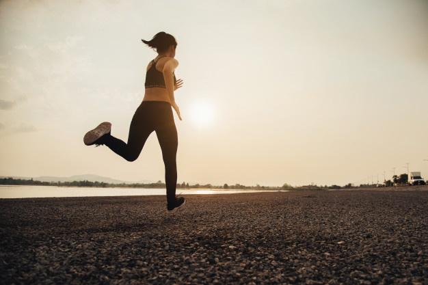 Courir sur la plage pour préparer son marathon