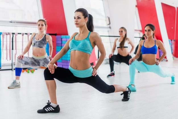 exercice de la fente dans l'échauffement de fitness réaliser en cours collectifs
