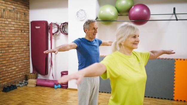 personnes âgées réalisant des exercices de gym douce