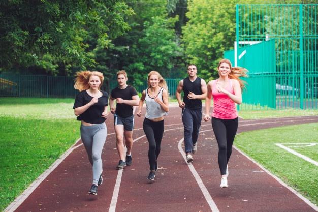 Un groupe s'échauffe pour le running dans un stade