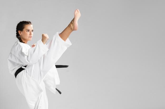 Une femme s'échauffe avant un sport de combat