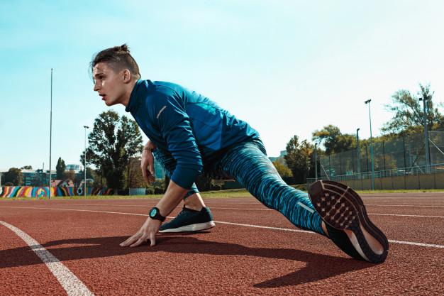 Un homme s'échauffe pour le running