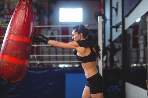 Une femme fait un échauffement pour pratiquer la boxe