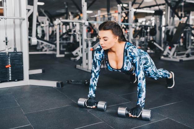 Une femme fait un échauffement pour pratiquer la musculation