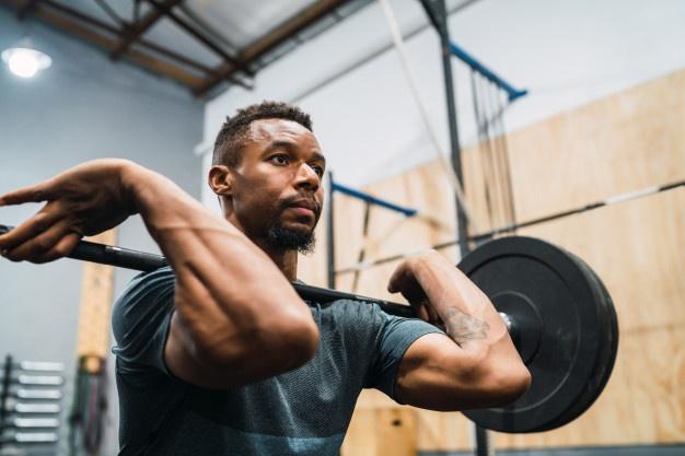matériel de cross training : barre olympique pour pratiquer l'haltérophilie