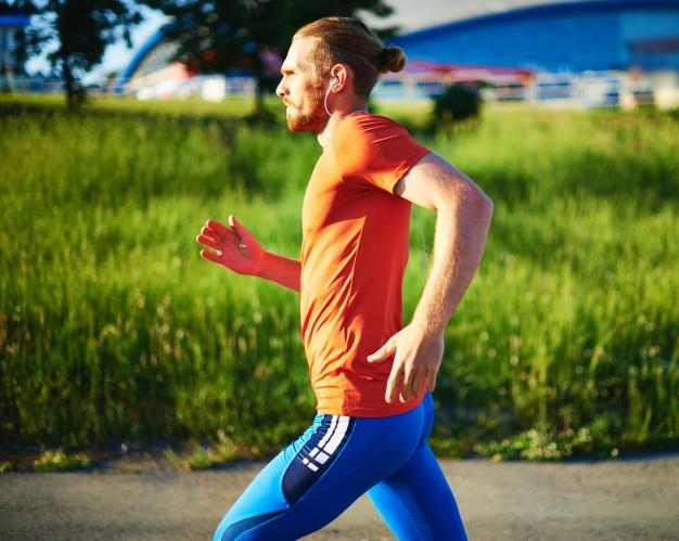 homme sportif en train de courir en pleine nature